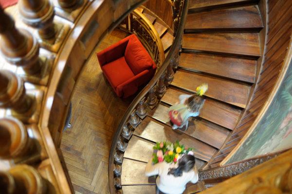 escalier-hotellerie-chateau-clement-vals-ardeche-3