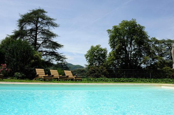 piscine-exterieure-transat-hotel-luxe-ardeche